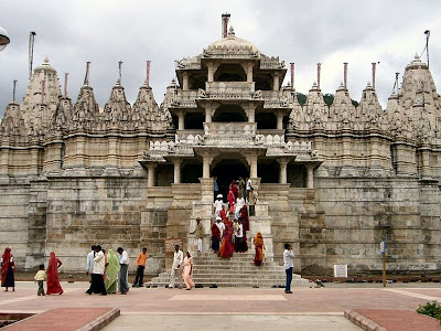 800px-Worshippers_leaving_the_temple_in_Ranakpur